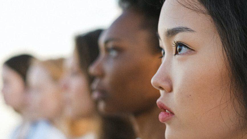 Frauen unterschiedlicher Ethnien