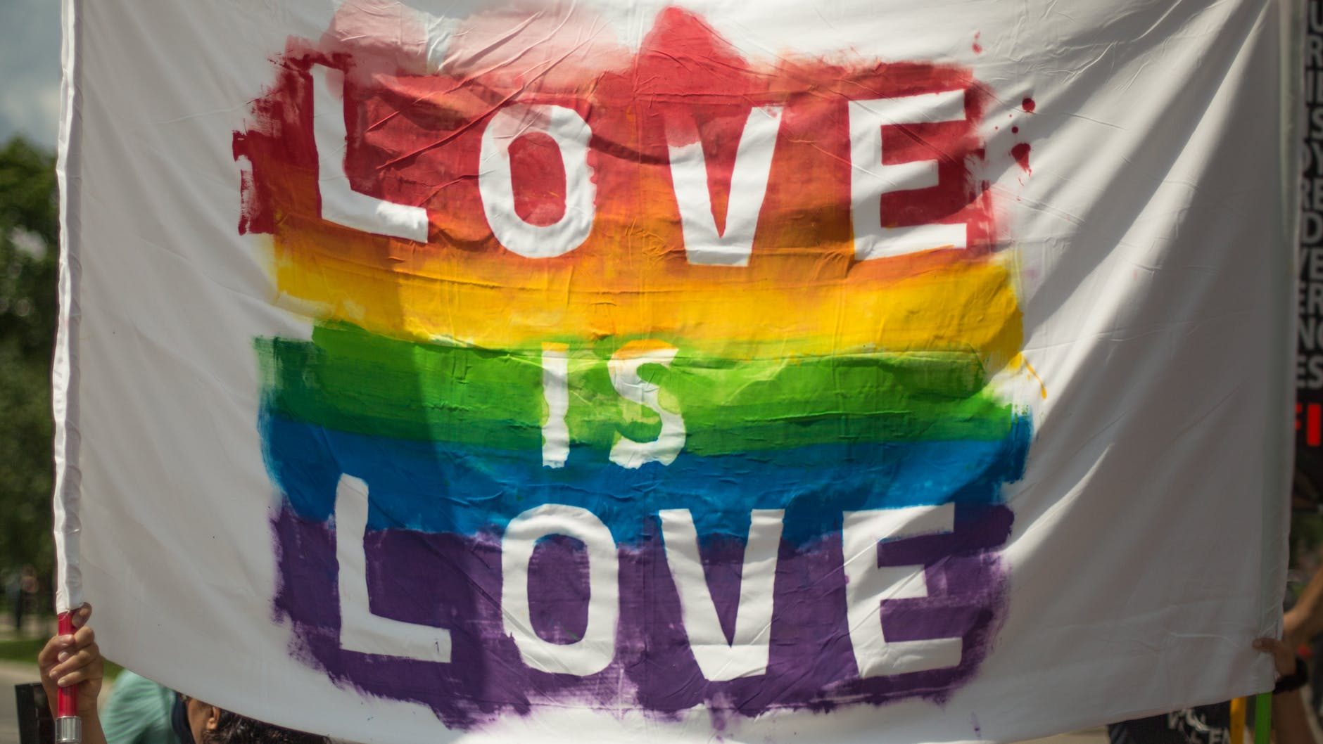 """Regenbogenflagge mit """"Love is love"""""""